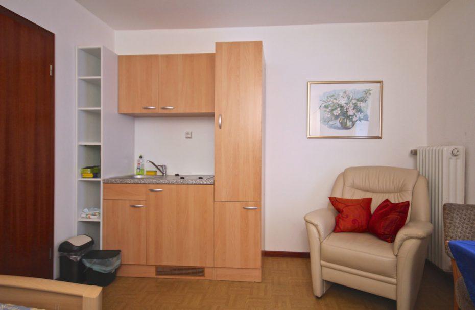 Standard einzelzimmer mit wc und dusche küchenzeile satellitenfernsehen und wlan inklusive